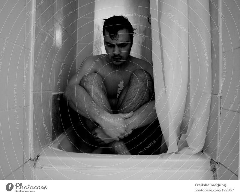 Resignation Mensch maskulin Mann Erwachsene Körper Haut Arme 1 atmen Denken Traurigkeit kalt schwarz weiß Gefühle Stimmung Sorge Trauer Liebeskummer