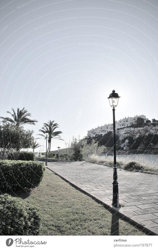 Wenn Laternen Schatten spenden weiß Sonne blau Sommer Strand Ferien & Urlaub & Reisen ruhig Haus Einsamkeit Erholung Wege & Pfade Wärme Landschaft glänzend Felsen Perspektive