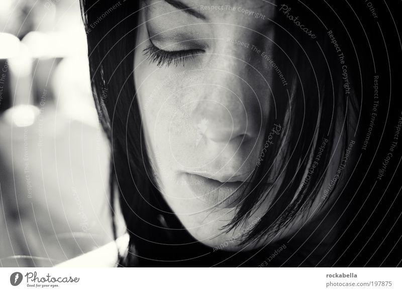 Porträt Frau feminin schwarzhaarig langhaarig Denken Erholung träumen Traurigkeit Wärme Leidenschaft Akzeptanz Vertrauen Sicherheit Schutz Geborgenheit