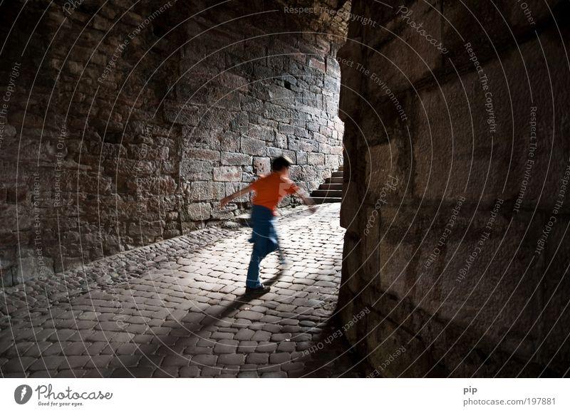 geh spenst kalt dunkel Junge Freiheit grau Stein Mauer hell Angst gehen laufen Tourismus Geschwindigkeit gefährlich Hoffnung Neugier