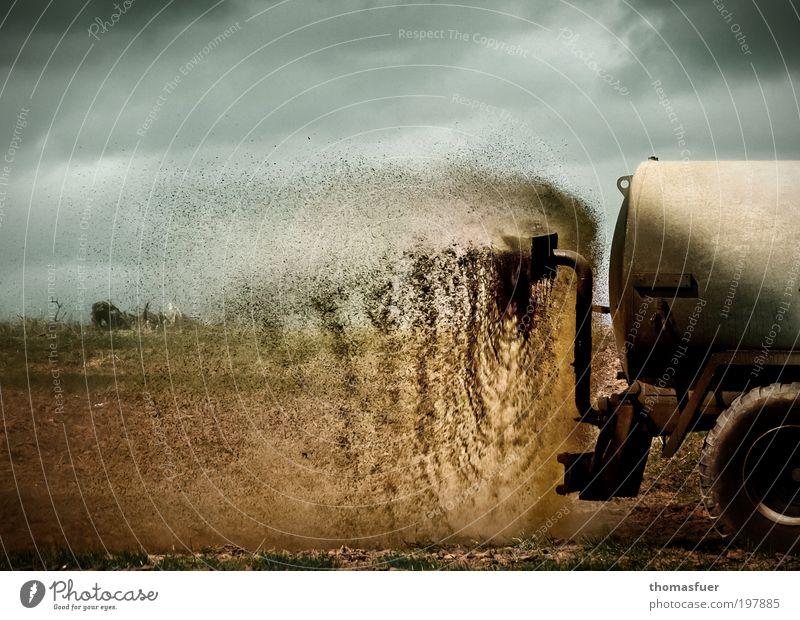 Frühlingszeit - Güllezeit Himmel blau Wolken braun Feld dreckig Ackerbau Umweltverschmutzung Anhänger verteilen Landwirtschaft entsorgen Düngung Übelriechend