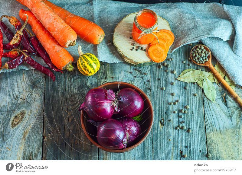 Rote Zwiebel in einer Lehmschüssel unter Frischgemüse und Gewürzen Gemüse Kräuter & Gewürze Ernährung Essen Vegetarische Ernährung Diät Getränk Saft