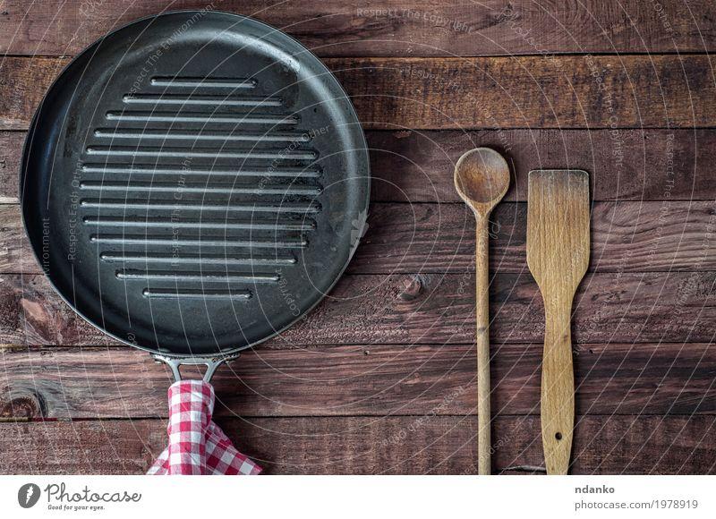 Leere Grillpfanne und hölzerne Kochgeräte schwarz Speise Holz braun oben Metall Aussicht Tisch Küche Stoff Restaurant Top Haushalt Tischwäsche Löffel Pfanne
