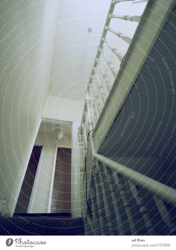 Es geht.... Klettern Haus Traumhaus Gebäude Architektur Mauer Wand Treppe Tür Geländer Teppich laufen Häusliches Leben alt gruselig trist ästhetisch Farbfoto
