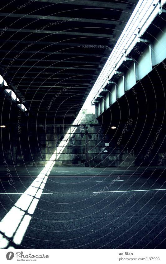 under the bridge London Stadtrand Menschenleer Brücke Tunnel Bauwerk Architektur Mauer Wand Verkehr Personenverkehr Straßenverkehr Autofahren Bahnfahren