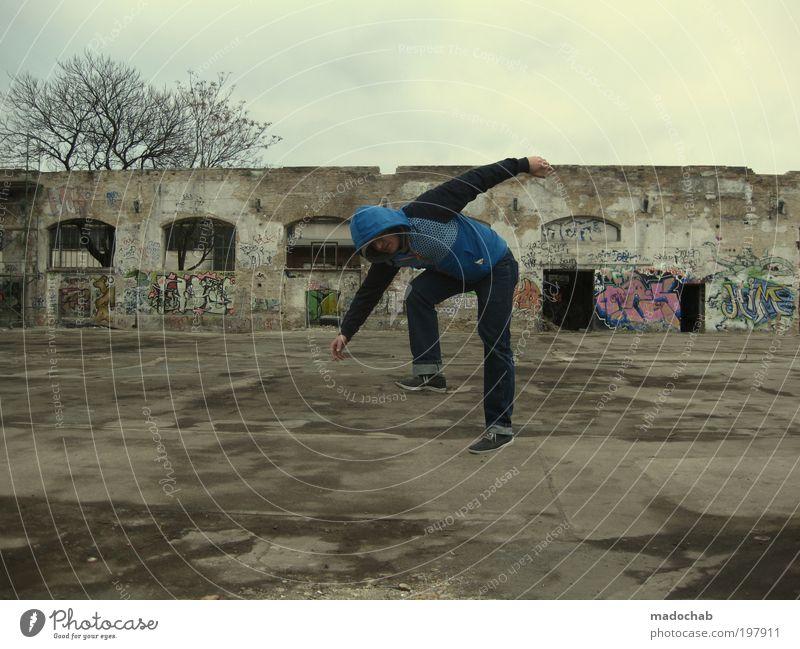 AffentANZ maskulin Mann Erwachsene Berlin Stadt Ruine Mauer Wand Treppe Fassade laufen alt dreckig dunkel trendy kaputt lustig trashig trist verrückt Kontrolle