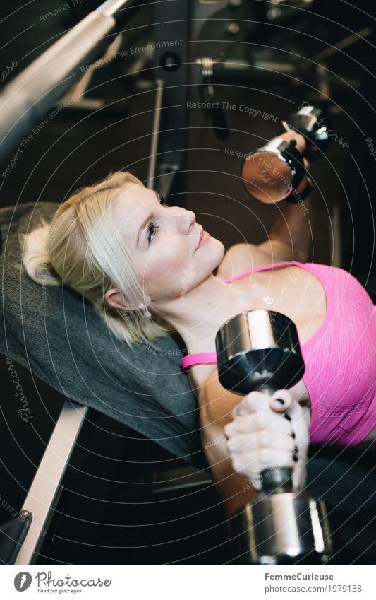 Fitness_42_1979138 Lifestyle feminin Junge Frau Jugendliche Erwachsene Mensch 18-30 Jahre Bewegung Bustier rosa blond Hantel Hantelbank Gewichte Gewichtheben