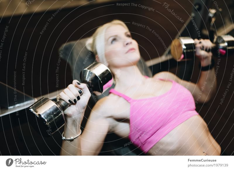 Fitness_36_1979139 Lifestyle feminin Junge Frau Jugendliche Erwachsene Mensch 18-30 Jahre Bewegung Gewichte Gewichtheben Hantel Bustier blond rosa Hantelbank