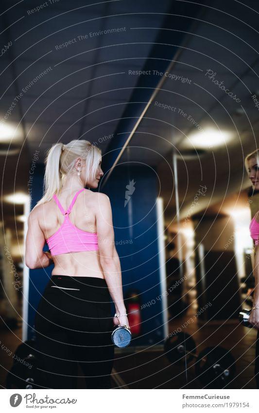 Fitness_09_1979154 Lifestyle feminin Junge Frau Jugendliche Erwachsene Mensch 18-30 Jahre Bewegung blond Sportbekleidung Hantel Kraft Krafttraining Spiegel