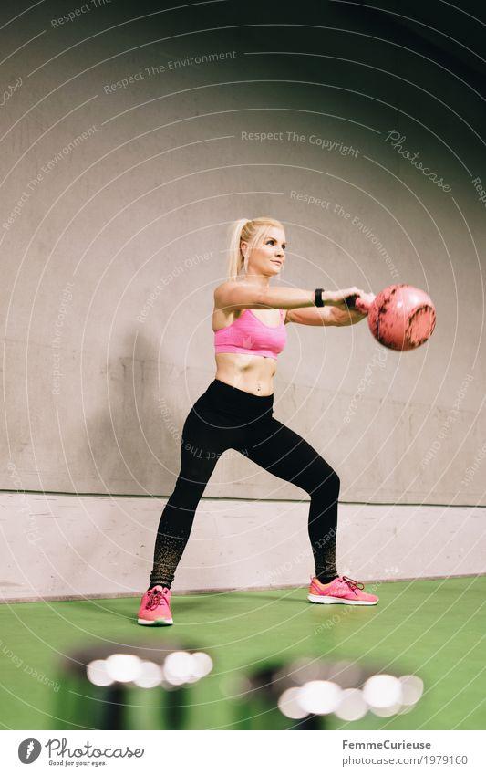 Fitness_34_1979160 Lifestyle feminin Junge Frau Jugendliche Erwachsene Mensch 18-30 Jahre Bewegung Kettlebell rosa Betonwand Gesundheit Sportbekleidung