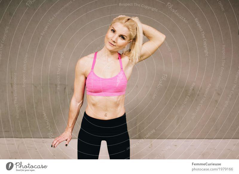 Fitness_33_1979166 Lifestyle feminin Junge Frau Jugendliche Erwachsene Mensch 18-30 Jahre Bewegung Sport sportlich Sportler Gesundheit bauchfrei Bustier Lächeln