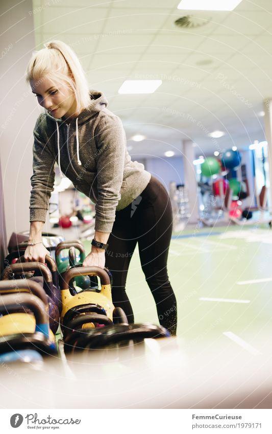 Fitness_38_1979171 Lifestyle feminin Junge Frau Jugendliche Erwachsene Mensch 18-30 Jahre Bewegung Fitness-Center Sport-Training üben wählen Auswahl Kettlebell