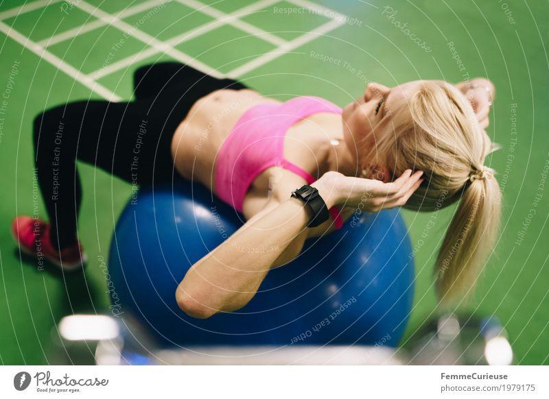 Fitness_07_1979175 Lifestyle feminin Junge Frau Jugendliche Erwachsene Mensch 18-30 Jahre Bewegung Fitness-Center muskulös sportball sit up Bauchmuskel blond