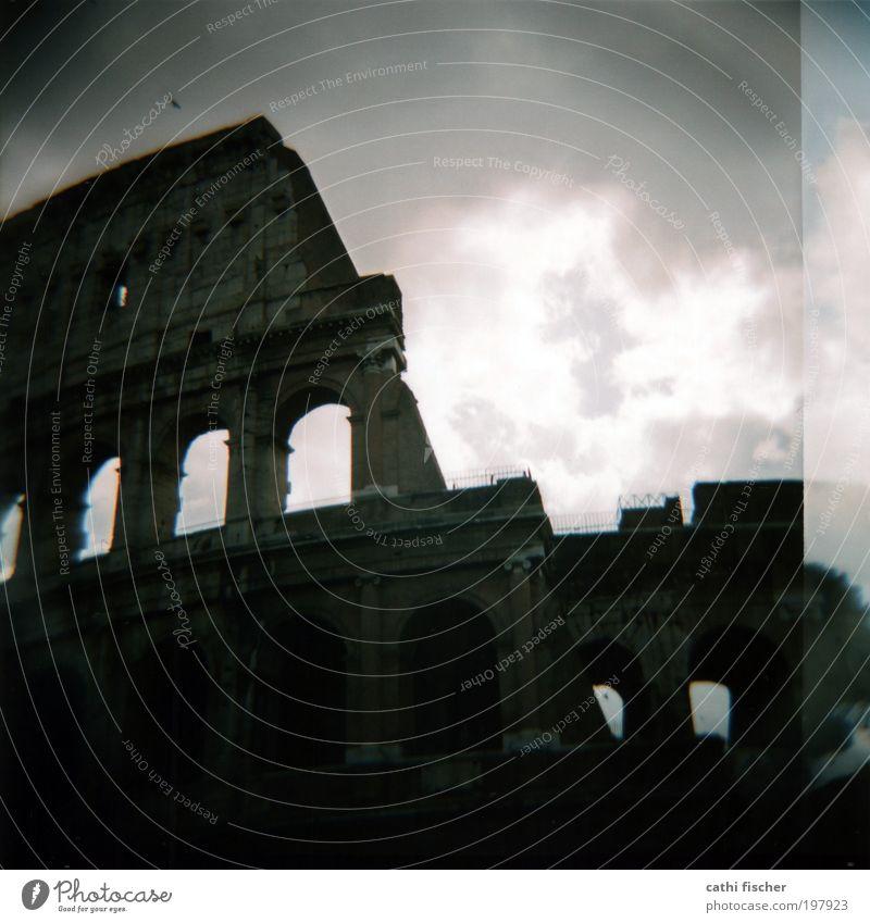 colosseo Himmel alt weiß Wolken schwarz dunkel Architektur grau Wetter kaputt Europa Streifen Bauwerk Italien Ruine Sehenswürdigkeit