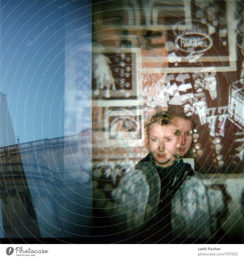 2x Himmel Jugendliche blau weiß schwarz Gesicht Erwachsene Wand Graffiti Architektur Kopf Mauer braun Europa 18-30 Jahre Junge Frau