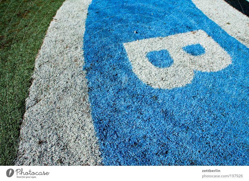 B Berlin Wiese Gras Rasen Schriftzeichen Sportrasen Information Buchstaben Zeichen Schriftstück Typographie Sport Beschriftung