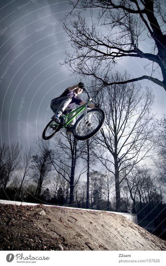 saisonstart Lifestyle Stil Freizeit & Hobby Sportler Fahrradfahren Junger Mann Jugendliche 18-30 Jahre Erwachsene Landschaft Erde Baum Jeanshose Mütze springen