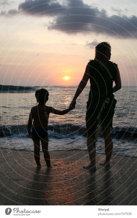 Blick in die Zukunft Freude Ausflug Meer Wellen Kind Mutter Erwachsene 2 Mensch Schönes Wetter Ferien & Urlaub & Reisen träumen exotisch Wärme Stimmung