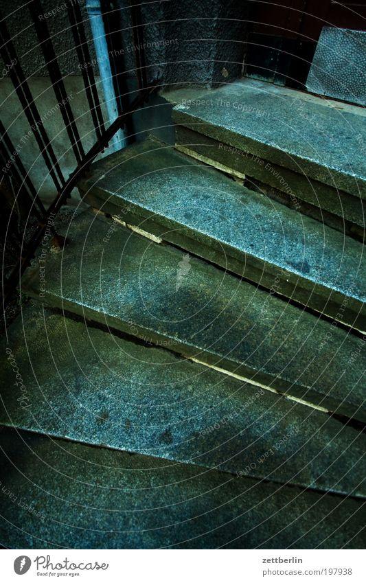 Treppe Wendeltreppe kellertreppe Niveau aufwärts abwärts Karriere Lebenslauf Granit Stein steigen Architektur Haus Häusliches Leben dunkel Angst bedrohlich