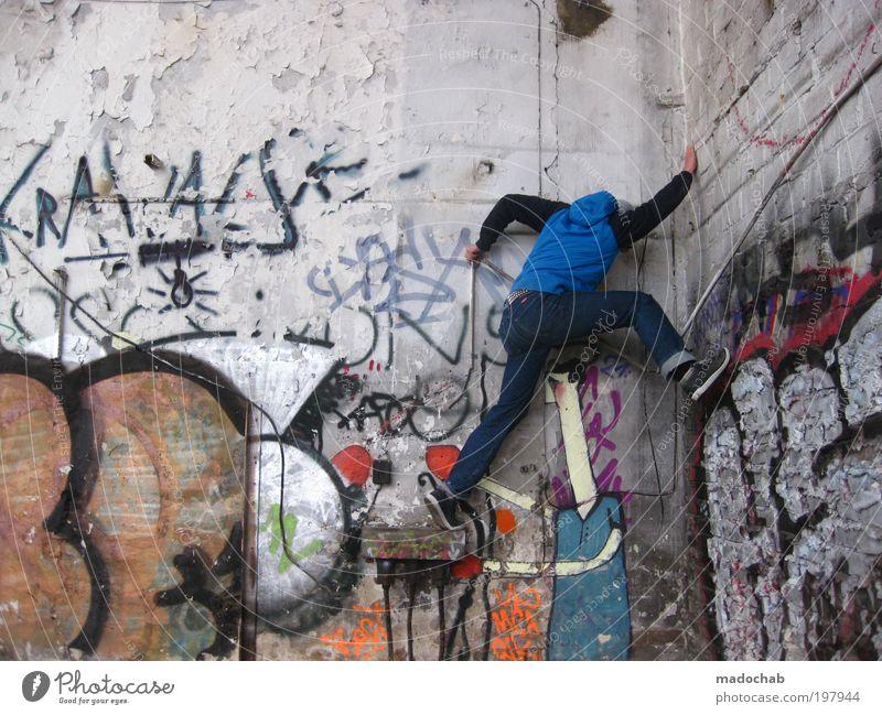 fatale fehleinschätzung Mann Erwachsene 18-30 Jahre Jugendliche Subkultur Ruine Mauer Wand festhalten hängen sportlich trendy hoch trashig Kraft Willensstärke