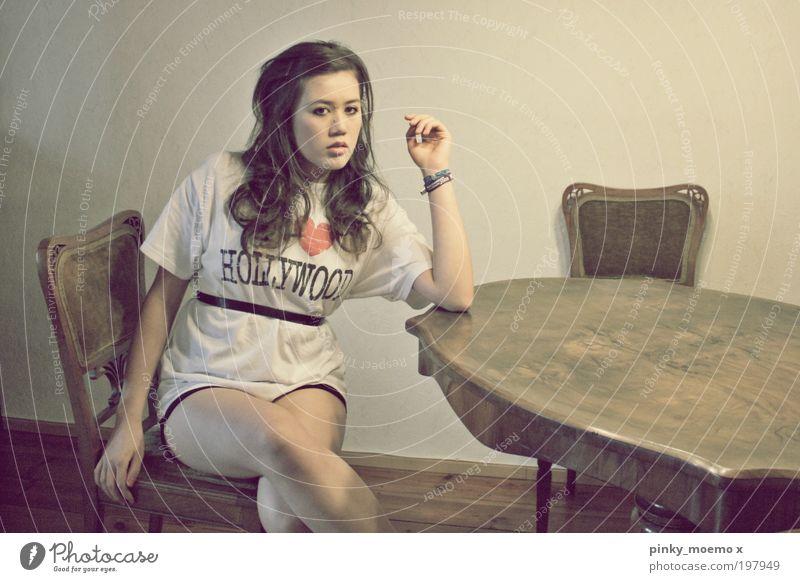 She's in love with... Bekleidung T-Shirt Hose Stoff Haare & Frisuren brünett langhaarig Locken Scheitel atmen beobachten braun rot schwarz Farbfoto