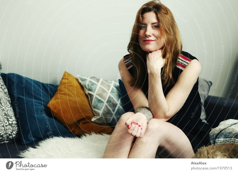 auf der Couch mit Frau Fuchs Lifestyle Stil schön Leben Wohnung Sofa Kissen Junge Frau Jugendliche Gesicht Kleid rothaarig langhaarig beobachten Lächeln sitzen
