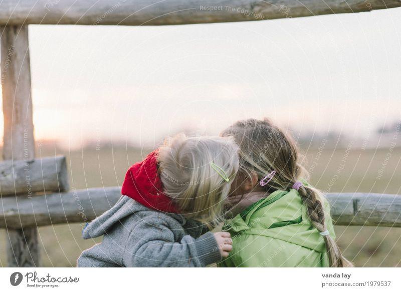 Dirty Happy III Mensch Kind Mädchen Liebe Spielen Garten Kopf Freundschaft Freizeit & Hobby blond Kindheit Kindergruppe Zusammenhalt Küssen Kleinkind