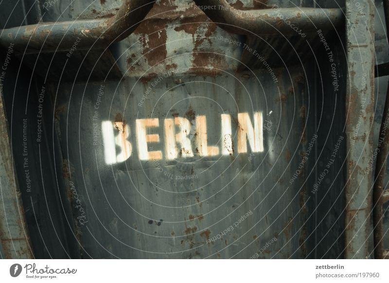 BERLIN Berlin Hauptstadt Stadt Container Metall Metallwaren Eisen Stahl Müll entsorgen Schriftzeichen Beschriftung Typographie Rost