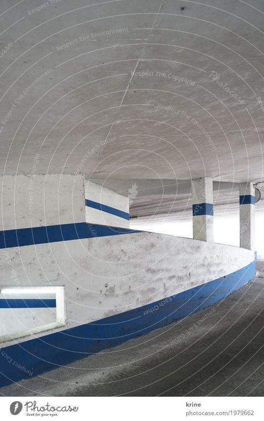 Linienlicht Menschenleer Parkhaus Architektur Autofahren Stein ästhetisch authentisch Coolness dreckig retro blau weiß graphisch parken Leerstand kalt Mauer