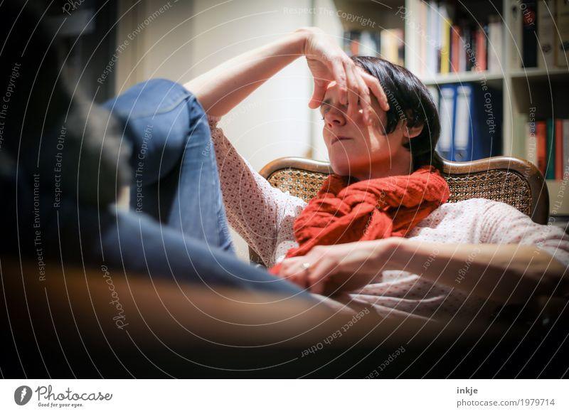 nicht zur Verfügung stehen Mensch Frau Erholung ruhig Gesicht Erwachsene Leben Lifestyle Gefühle Stimmung Wohnung Freizeit & Hobby Häusliches Leben Raum liegen