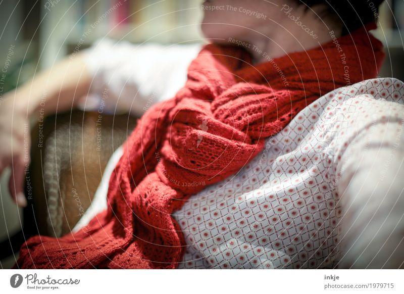 Schal Mensch Frau rot ruhig Erwachsene Wärme Leben Lifestyle Gefühle Stil Wohnung Freizeit & Hobby Häusliches Leben Zufriedenheit sitzen 45-60 Jahre