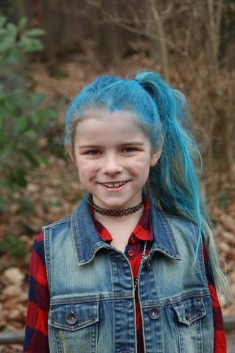 Mädchen mit blauen Haaren Lifestyle Freude schön Körper Haare & Frisuren Karneval Kind Mensch Kopf 1 3-8 Jahre Kindheit Punk mehrfarbig Halloween bunte Haare