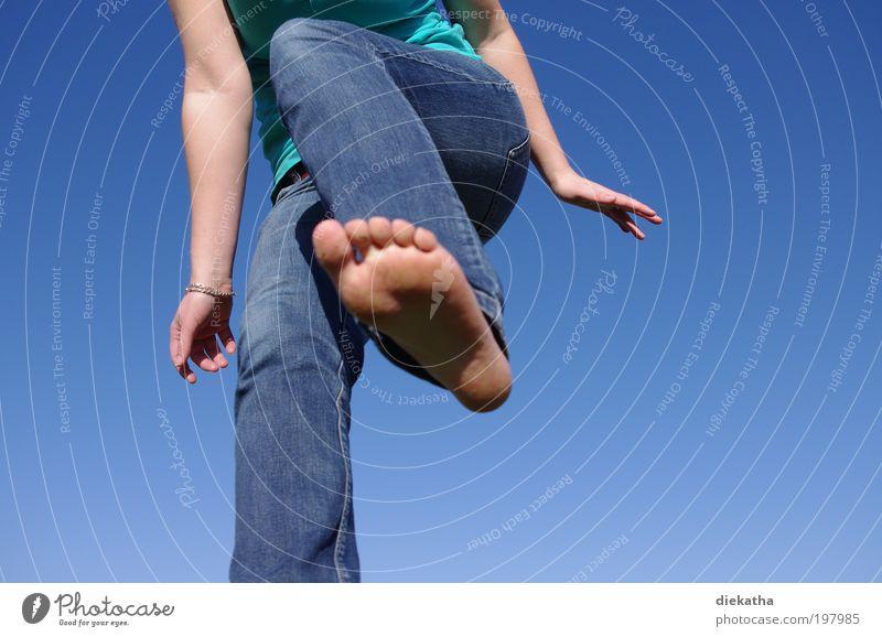 springtime Mensch Junge Frau Jugendliche Fuß 1 Himmel Wolkenloser Himmel Sonne Schönes Wetter Jeanshose Bewegung kämpfen springen toben blau Freude Fröhlichkeit