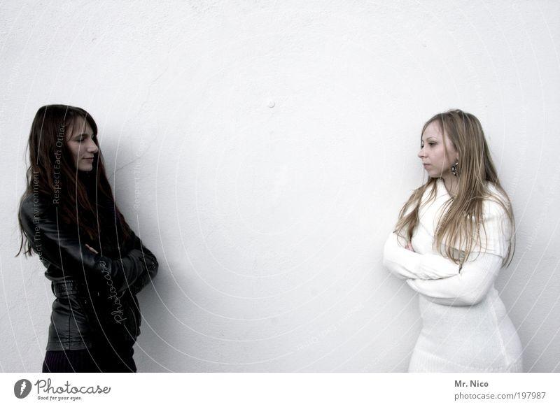 schwarz - weiß feminin Geschwister Freundschaft 2 Mensch Mode Stoff Leder brünett blond langhaarig beobachten Coolness dünn Kraft Schüchternheit Respekt