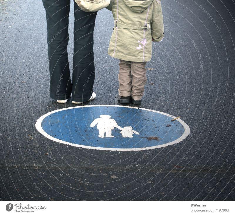 Verkehrserziehung Kindererziehung Bildung Kindergarten Kleinkind Mutter Erwachsene 2 Mensch Verkehrswege Personenverkehr Fußgänger Straße Hose Jacke Zeichen