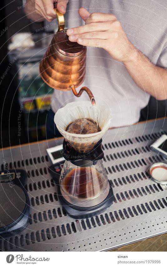 Filterkaffee Getränk Heißgetränk Kaffee Kanne Kaffeekanne Lifestyle Reichtum Erholung ruhig Küche Barista Dienstleistungsgewerbe Gastronomie maskulin 1 Mensch