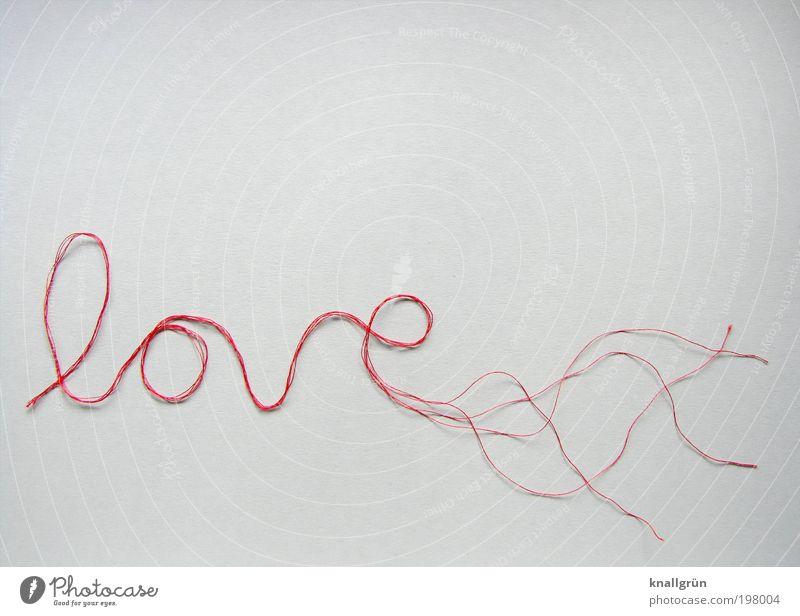 Diffuses Ende Nähgarn Schriftzeichen kaputt rot weiß Gefühle Liebe Liebeskummer Verzweiflung Partnerschaft Endzeitstimmung Krise Sorge Trennung Vergänglichkeit