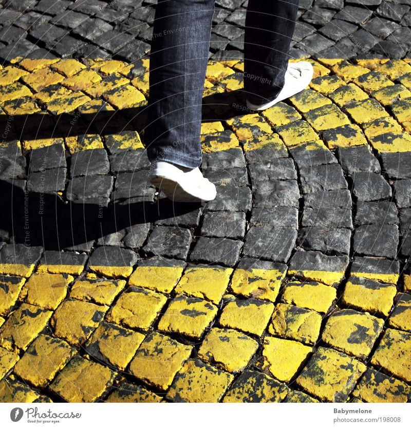 unterwegs Ausflug Mensch Fuß 1 Straßenverkehr Wegkreuzung Schilder & Markierungen Bewegung gehen Ferien & Urlaub & Reisen Tatkraft Zebrastreifen Streetlife
