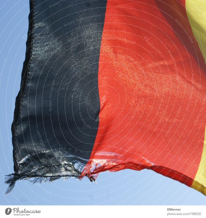 schland... rot schwarz Deutschland gold Schilder & Markierungen kaputt Streifen Fahne Zeichen schäbig hängen Bildausschnitt Anschnitt Abnutzung gerissen Republik