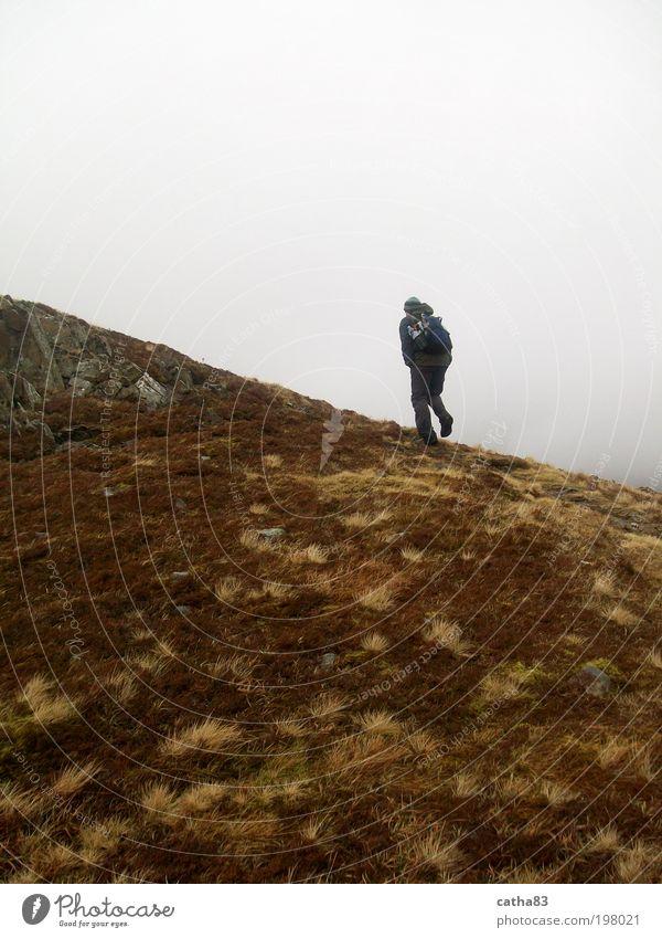 Nebelige Wanderung Mensch Natur Ferien & Urlaub & Reisen Landschaft Berge u. Gebirge Freiheit Zufriedenheit Freizeit & Hobby laufen wandern maskulin Abenteuer