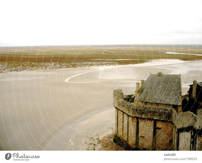 Ebbe um Mont Saint Michel, Normandie Wasser Meer gelb Landschaft braun Architektur Nebel Horizont Kirche Kultur Burg oder Schloss Frankreich Urelemente