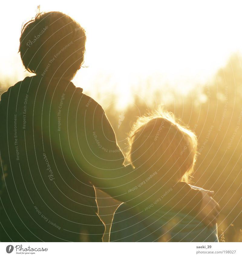 Träume Familie & Verwandtschaft Liebe Junge Gefühle Kind Glück Stimmung Sicherheit Mensch stehen Schutz Vertrauen Lebensfreude berühren Kindheit Sonnenuntergang
