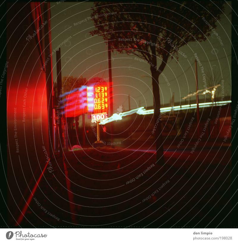 Industrie Romance Stadt rot Straße dunkel Gebäude hell Energie Energiewirtschaft Ziffern & Zahlen Werbung Wirtschaft Handel Konkurrenz Krise alternativ
