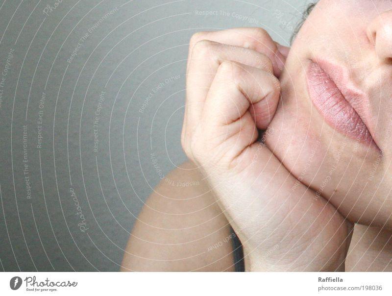 silence feminin Junge Frau Jugendliche Haut Mund Lippen Hand Schulter 18-30 Jahre Erwachsene weich zart Gedeckte Farben grau Hautfarbe Leberfleck Finger