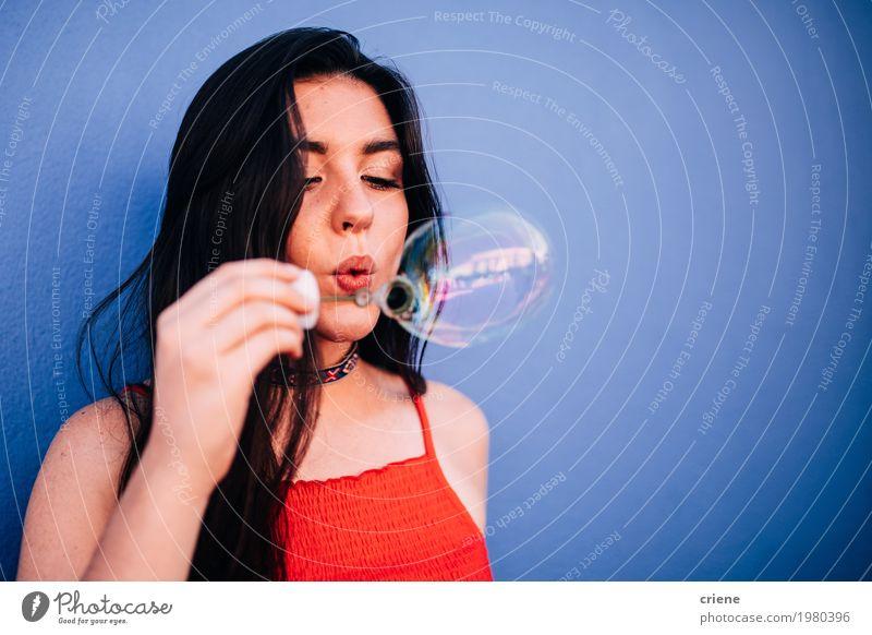Junge kaukasische Frauen, die Luftblasen durchbrennen Lifestyle Freude Glück Freizeit & Hobby Sommer feminin Junge Frau Jugendliche Erwachsene Spielzeug
