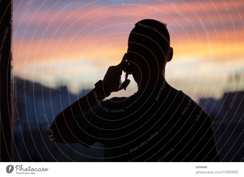 Schattenbild des jungen Mannes am Telefon Telekommunikation Business Sitzung sprechen Handy PDA Technik & Technologie Unterhaltungselektronik maskulin
