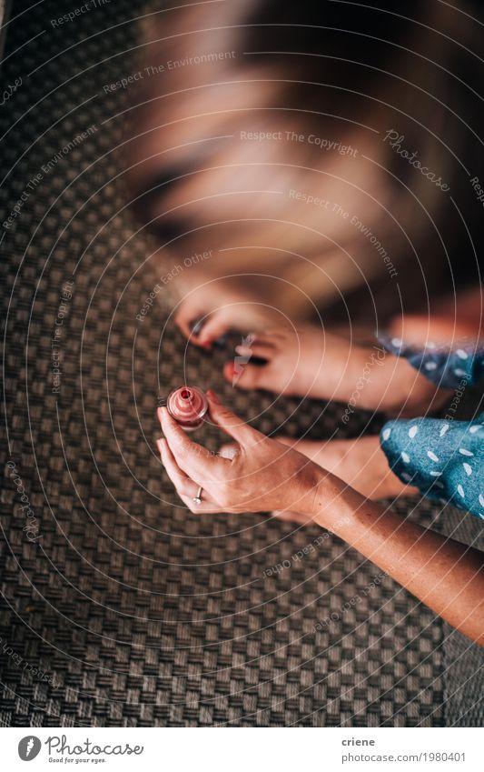 Nahaufnahme der Frau eine Pediküre tuend Jugendliche Junge Frau schön Erholung Erwachsene Lifestyle feminin Fuß Freizeit & Hobby Häusliches Leben modern