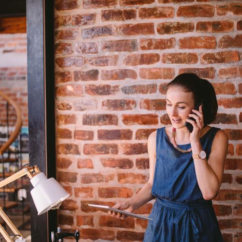 Junge Geschäftsfrau, die Telefonanruf im Büro empfängt Lifestyle Arbeit & Erwerbstätigkeit Beruf Arbeitsplatz Telekommunikation Business Mittelstand Unternehmen
