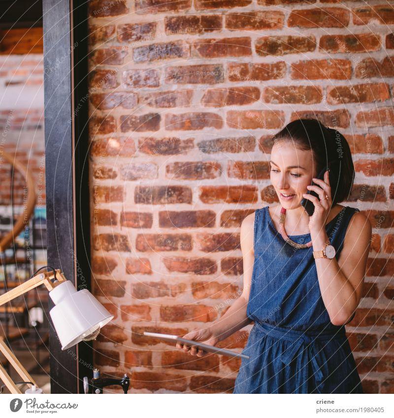 Mensch Jugendliche Junge Frau Erwachsene sprechen Lifestyle feminin Business Arbeit & Erwerbstätigkeit Büro modern Technik & Technologie Telekommunikation Telefon Beruf Internet