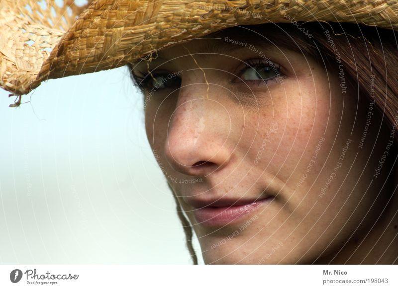 eyes wide shut Frau schön Sommer Gesicht Erwachsene Auge feminin Kopf Haare & Frisuren Mund Haut natürlich Nase Coolness Lippen Hut